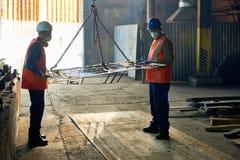 Travailleurs à l'usine métallurgique images libres de droits