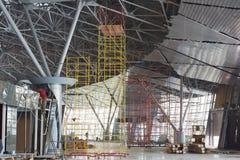 Travailleurs à la construction du nouveau terminal Image stock