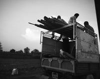 3 travailleurs à la fin du travail courant images libres de droits