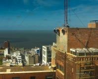 Travailleurs aériens sur l'édifice haut images stock