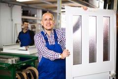 Travailleurs avec des portes de PVC Photos libres de droits