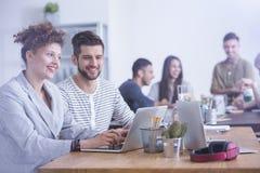 Travailleurs avec l'ordinateur portable photographie stock libre de droits
