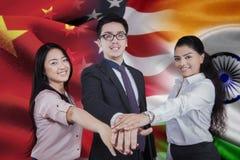 Travailleurs avec le drapeau de chinois, d'américain, et l'Indien photos stock