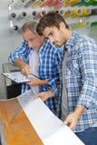 Travailleurs avec le grand fonctionnement de jet d'encre de format d'imprimante images stock