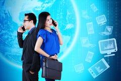 Travailleurs avec le téléphone portable à communiquer et les travaux image libre de droits