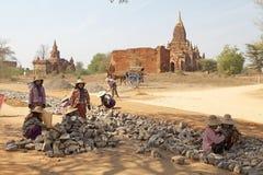 Travailleurs birmans dans le site archéologique de Bagan, Myanmar Photos stock