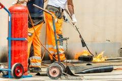 Travailleurs conzept sur une construction de route ou de toit, l'industrie et de travail d'équipe travail photos stock