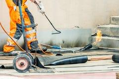 Travailleurs conzept sur une construction de route ou de toit, l'industrie et de travail d'équipe travail photographie stock