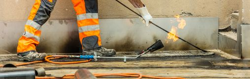 Travailleurs conzept sur une construction de route ou de toit, l'industrie et de travail d'équipe travail images stock
