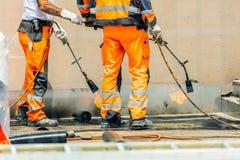 Travailleurs conzept sur une construction de routes, une industrie et de travail d'équipe travail image libre de droits