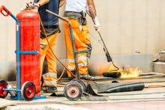 Travailleurs conzept sur une construction de routes, une industrie et de travail d'équipe travail photo stock