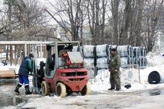 Travailleurs dégageant la rue de la neige Photo stock