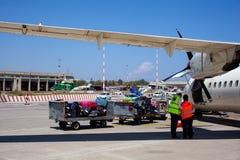Travailleurs d'aéroport commandant après que l'avion débarqué images libres de droits