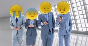 Travailleurs d'affaires recevant un mauvais avis Têtes d'Emoji illustration de vecteur