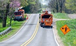 Travailleurs d'arbre avec des camions de boom Image stock