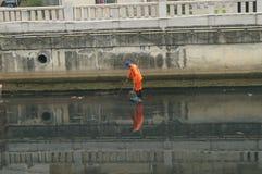 Travailleurs d'hygiène pour nettoyer les déchets de rivière Image libre de droits