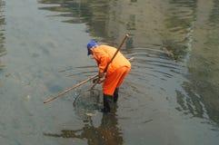 Travailleurs d'hygiène pour nettoyer les déchets de rivière Photo stock