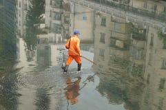 Travailleurs d'hygiène pour nettoyer les déchets de rivière Photo libre de droits