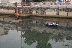 Travailleurs d'hygiène pour nettoyer les déchets de rivière Photos libres de droits