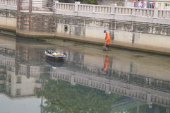 Travailleurs d'hygiène pour nettoyer les déchets de rivière Image stock