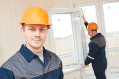 Travailleurs d'installation de fenêtre photographie stock libre de droits