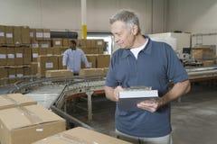 Travailleurs dans l'entrepôt de distribution image libre de droits