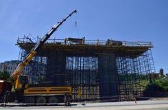 Travailleurs dans la construction des ponts photos stock