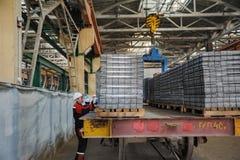 Travailleurs dans le transport de contrôle d'entrepôt Image libre de droits