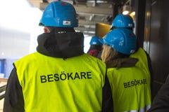 Travailleurs dans les drapeaux jaunes en Suède Images libres de droits