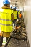 Travailleurs dans les drapeaux jaunes en Suède Photographie stock libre de droits