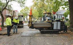 Travailleurs de canalisation à l'aide du foret directionnel horizontal Images libres de droits
