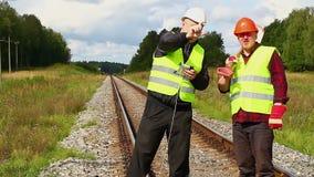 Travailleurs de chemin de fer avec le chemin de fer de corde clips vidéos