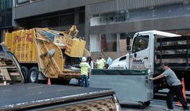 Travailleurs de collection de garage vus dans une ville américaine occupée Image libre de droits