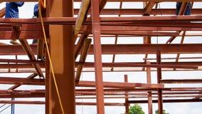Travailleurs de construction métallique sur le faisceau Images stock