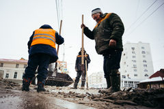 Travailleurs de dégagement de neige La Russie, ville Oufa - Febrary 21 2016 image stock