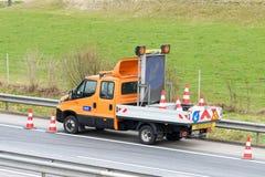 Travailleurs de dépanneuse nettoyant l'épave de l'accident de la circulation sur la route, réponse de services des urgences Photographie stock
