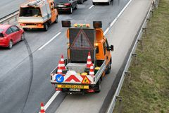 Travailleurs de dépanneuse nettoyant l'épave de l'accident de la circulation sur la route, réponse de services des urgences Images libres de droits