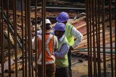Travailleurs de gestion des projets de construction en service photographie stock