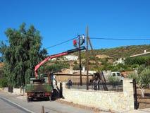 Travailleurs de l'électricité replaçant une puissance Polonais, Grèce Images stock
