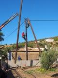 Travailleurs de l'électricité replaçant une puissance Polonais, Grèce Photos stock