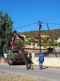 Travailleurs de l'électricité replaçant une puissance Polonais, Grèce Photos libres de droits