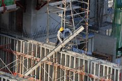 Travailleurs de la construction au gratte-ciel Photo stock