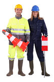 Travailleurs de la construction avec des cônes Photographie stock
