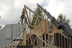 Travailleurs de la construction et grue 1 Photographie stock