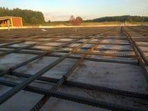 Travailleurs de la construction fabriquant la barre en acier de renfort au chantier de construction photo libre de droits