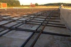Travailleurs de la construction fabriquant la barre en acier de renfort au chantier de construction photographie stock