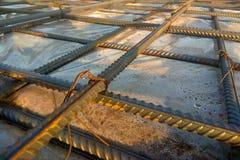 Travailleurs de la construction fabriquant la barre en acier de renfort au chantier de construction image libre de droits
