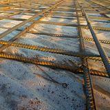 Travailleurs de la construction fabriquant la barre en acier de renfort au chantier de construction images stock
