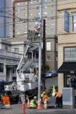 Travailleurs de la construction fixant des câbles de l'électricité Image stock