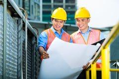 Travailleurs de la construction indonésiens asiatiques sur le chantier Image stock